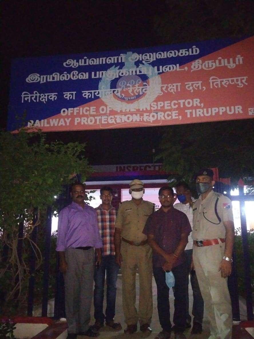 आरपीएफ साइबर सेल के अधिकारियों ने रेल टिकटों की कालाबाजारी करने वाले आरोपी को गिरफ्तार किया।
