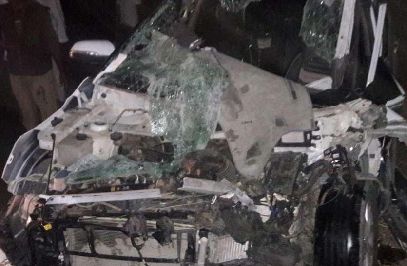 कार चकनाचूर, एयरबैग ने बचा ली दो जिंदगियां