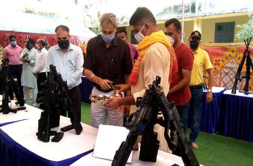 दशहरा: पुलिस और पैरामिलिट्री फोर्स ने किया शस्त्र पूजन, SP ने दी रखिया की प्रतीकात्मक बलि, देवी जया और विजया को अर्पित किए पुष्प