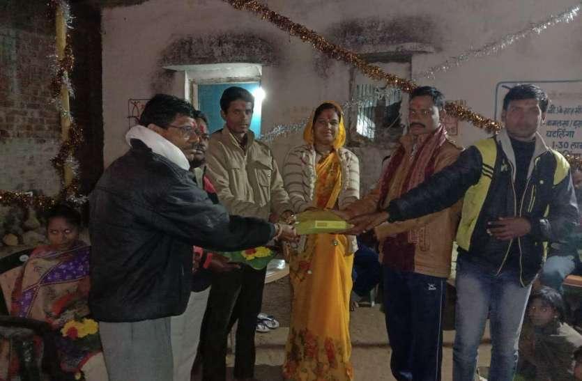 शिक्षक की प्रेरणा से युवाओं ने किया कमाल...ग्रामीणों ने किया सम्मान, पढ़ें पूरी खबर