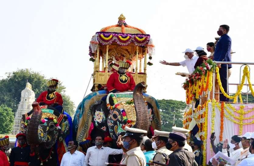 मैसूरु दशहरा: स्वर्ण हौदे में सवार होकर निकलीं चामुंडेश्वरी देवी