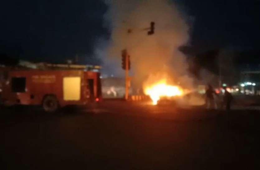 चलती कार में लगी आग, तीन युवकों ने कूदकर बचाई जान, देखें वीडियो