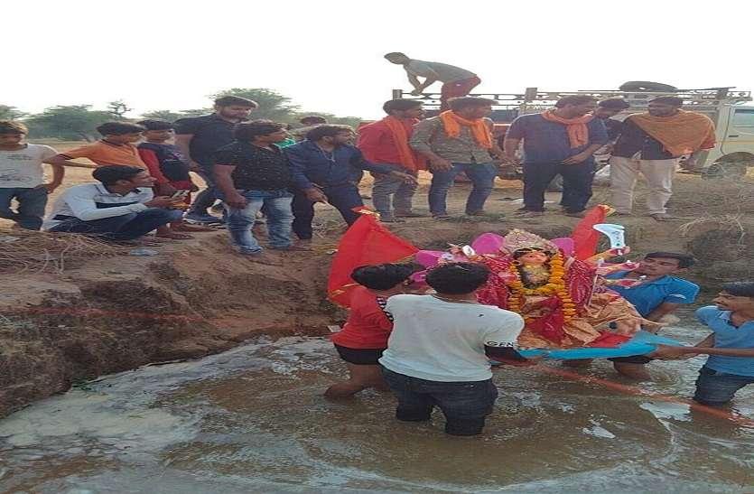 Maa Durga Murti Visarjan: पानी में दर्पण के समक्ष मां की प्रतिमा का दिखाया अक्ष