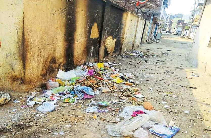 सड़क को बनाया कचरा घर, राहगीर परेशान