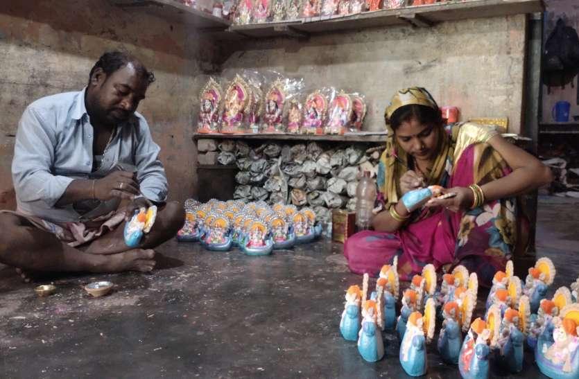 दीपावली की तैयारी में मूर्ति बनाने वाले कुम्हारों को सता रहा कोरोना का डर
