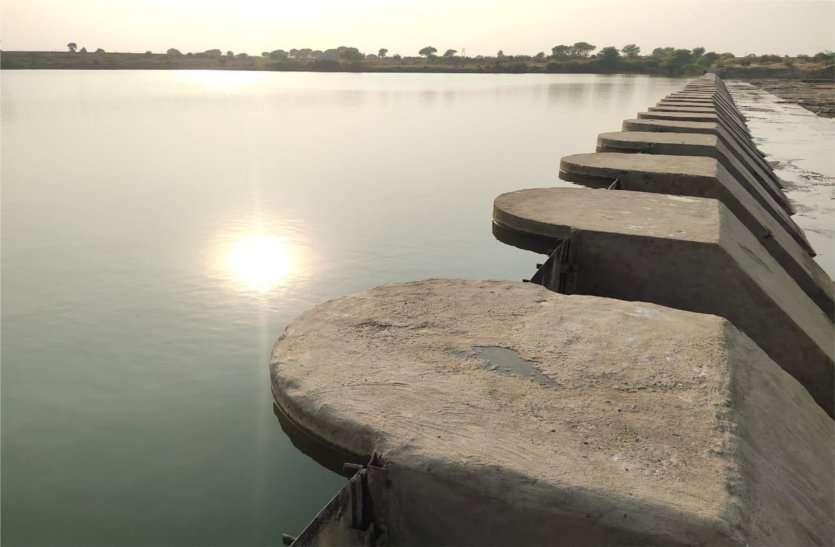 गेट बंद होने के बाद लबालब भरी बीना नदी