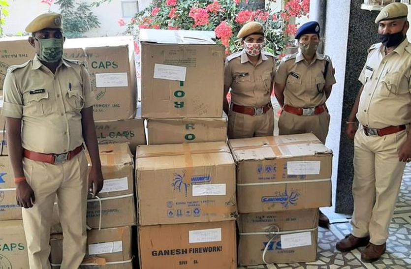 छिपाकर ले जा रहा था 60 हजार रुपए के अवैध पटाखे