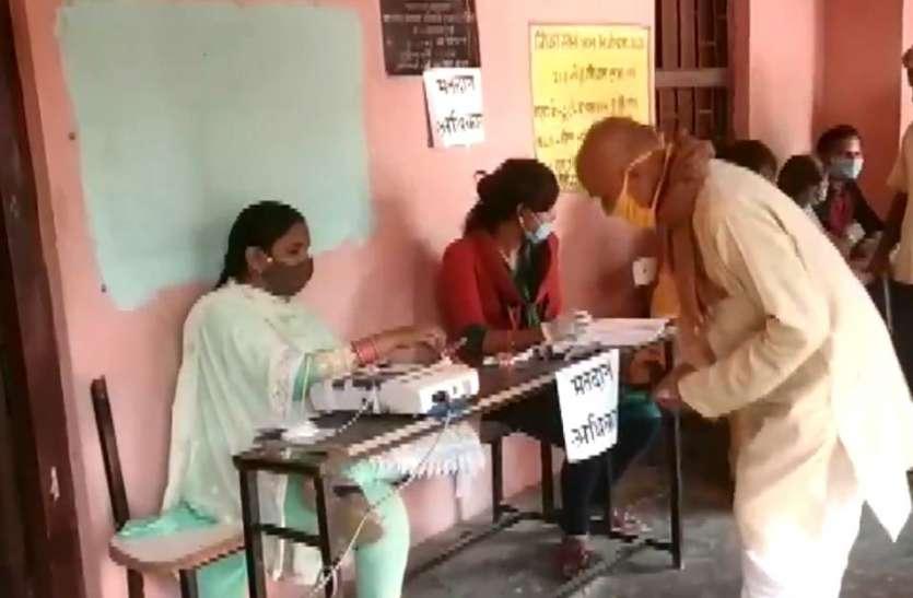 Bihar Election 2020: नवादा में पोलिंग एजेंट की हार्ट अटैक से गई जान, काराकाट में लाइन में खड़े बुजुर्ग का निधन