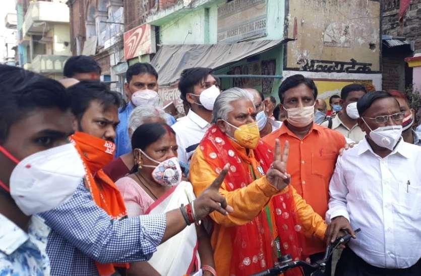 कमल प्रिंट वाला मास्क पहनकर मतदान करने पर घिरे बिहार के मंत्री ने दी सफाई
