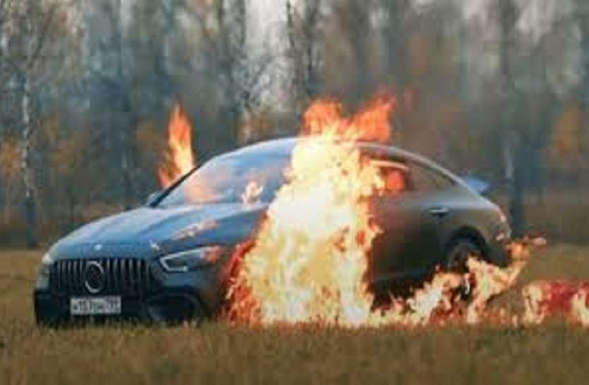 सवा करोड़ की लग्जरी मर्सिडीज कार में खराबी से तंग आकर लगाई आग, वायरल हुआ वीडियो