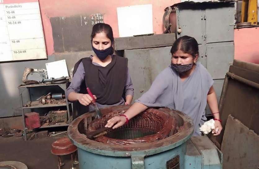 बेटियां दिखा रहीं गजब का हौंसला: पुर्जे-पुर्जे खोलकर बना रहीं रेल इंजन