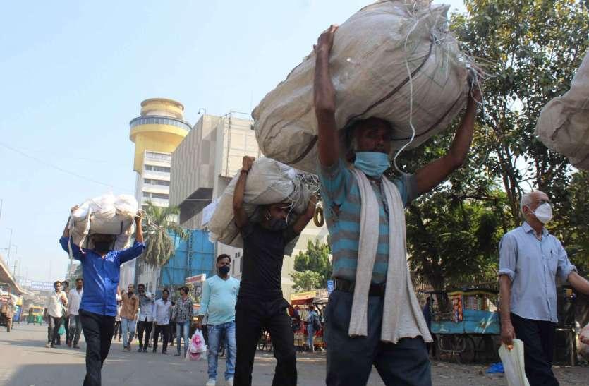 SURAT KAPDA MANDI: सड़कों पर दिखने लगा ग्राहकी का असर