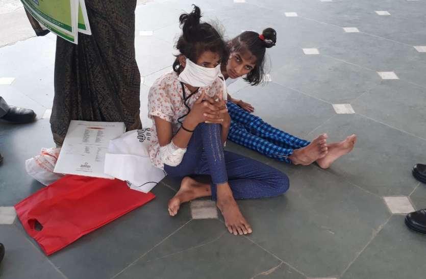 human angle : फर्श पर घिसटती कलेक्टर से मिलने पहुंची दिव्यांग बहनें, दर्द देख हर किसी का पसीझ गया दिल