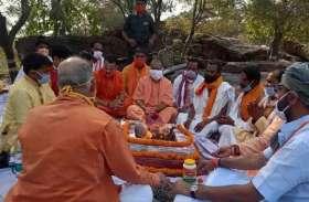 सीएम योगी ने वाल्मीकि आश्रम में अखंड रामायण पाठ का किया शुभारंभ, किया गोरक्षा हवन