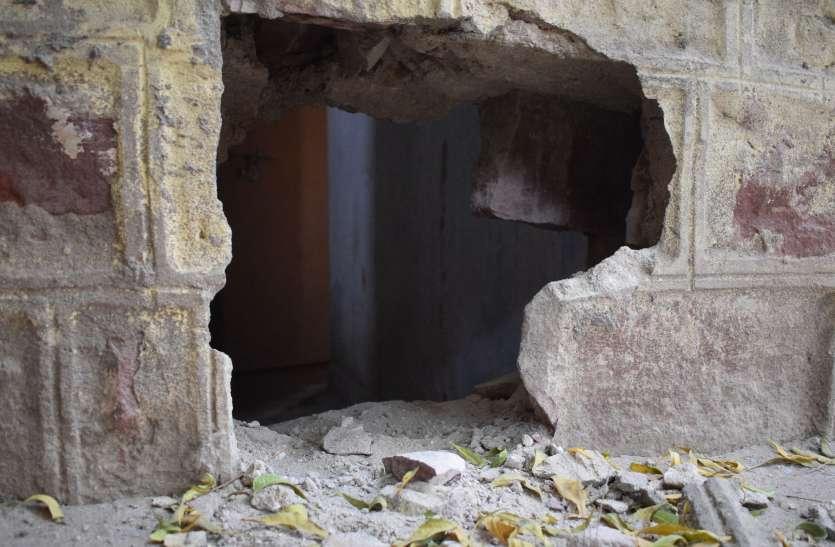 दो आरोपी अभी भी फरार, बाथरूम की दीवार से पत्थर हटाकर चार बंदियों के भागने का मामला