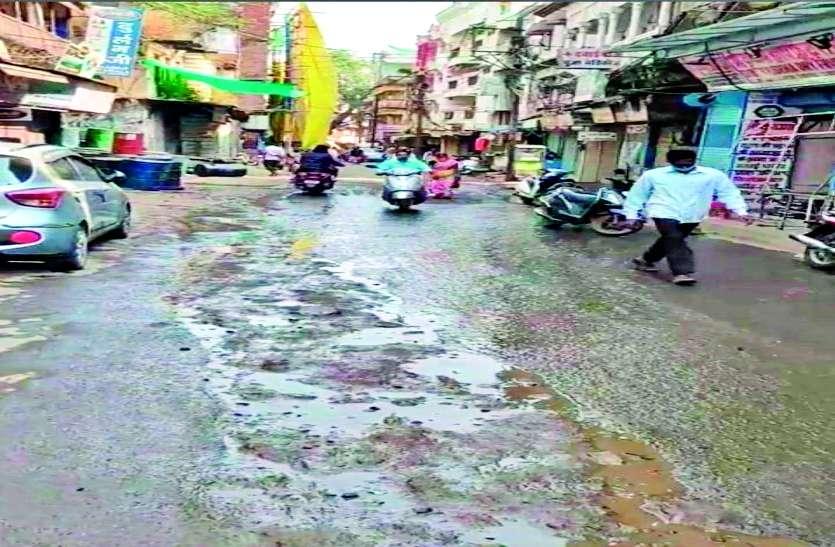 थोक किराना बाजारों की सड़कें खराब, ग्राहक परेशान