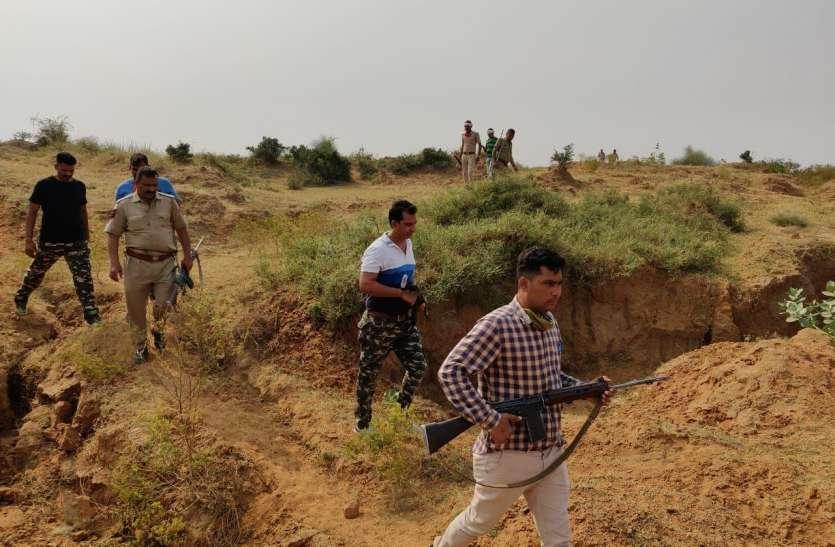 डकैत केशव गिरोह की तलाश में पड़ोसी मध्य प्रदेश के चंबल तटवर्ती गांवों में पुलिस की दबिश