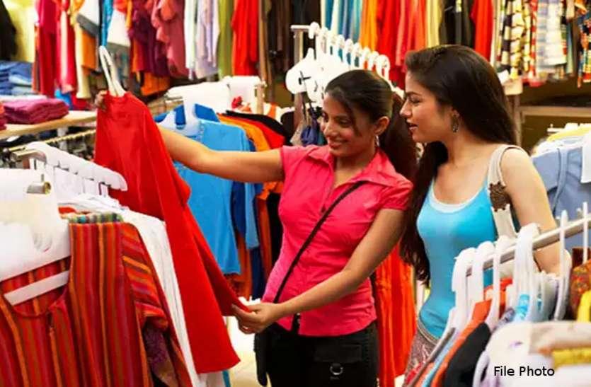 शहर के कपड़ा बाजार में लौटी रौनक, ग्राहकों से गुलजार हुईं दुकानें