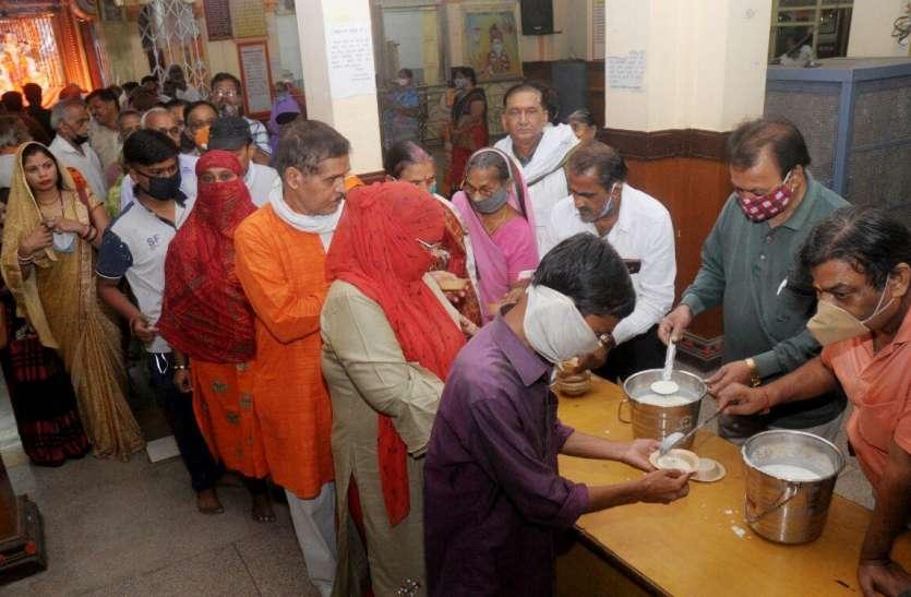 आकाश से बरसा अमृत, शरद पूर्णिमा पर भोग के बाद बंटा खीर का प्रसाद