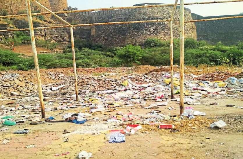 शहर की सेनेटरी वार्निश में कचरे के ढेर लगे हुए हैं