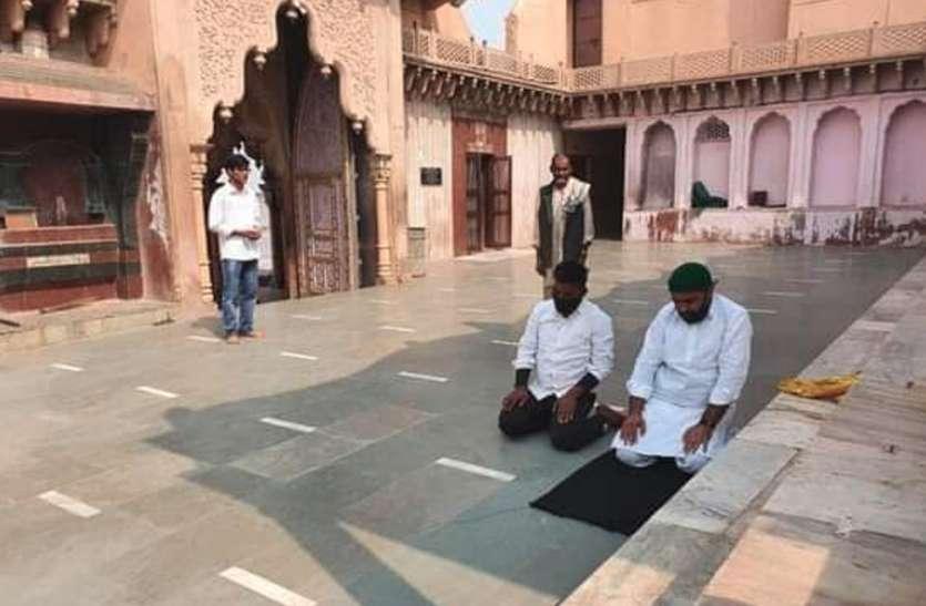 मथुरा के मंदिर में पढ़ी गयी नमाज, हिंदूवादी संगठन नाराज