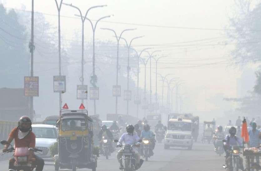 शहर ने ओढ़ी कोहरे की चादर, वाहनों की गति हुई मंद