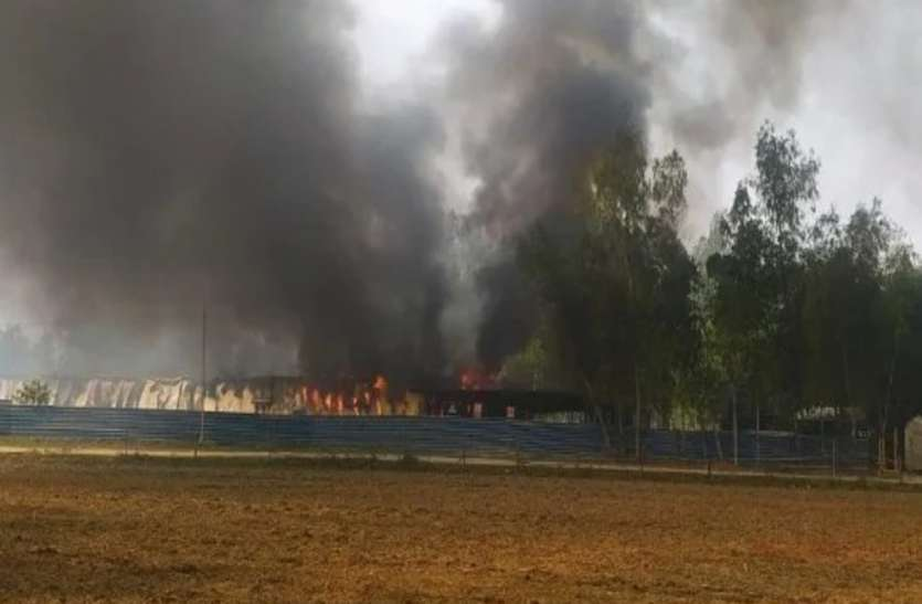 अमेठी में वाहन ने दूधिये को रौंद, आक्रोशित ग्रामीणों ने हॉटमिक्स प्लांट में आग लगाई