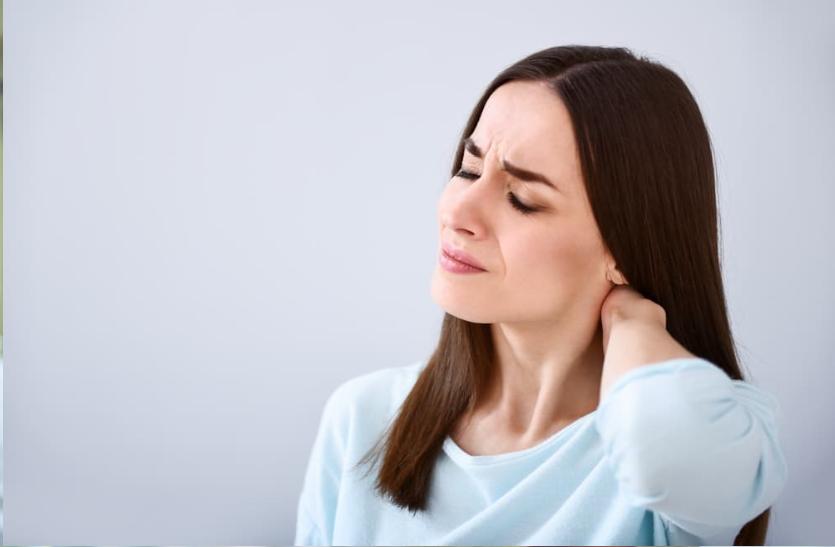 गर्दन और सिर में दर्द रहे तो हो सकती सरवाइकल स्पोंडिलोसिस की समस्या, जानें इसके बारे में