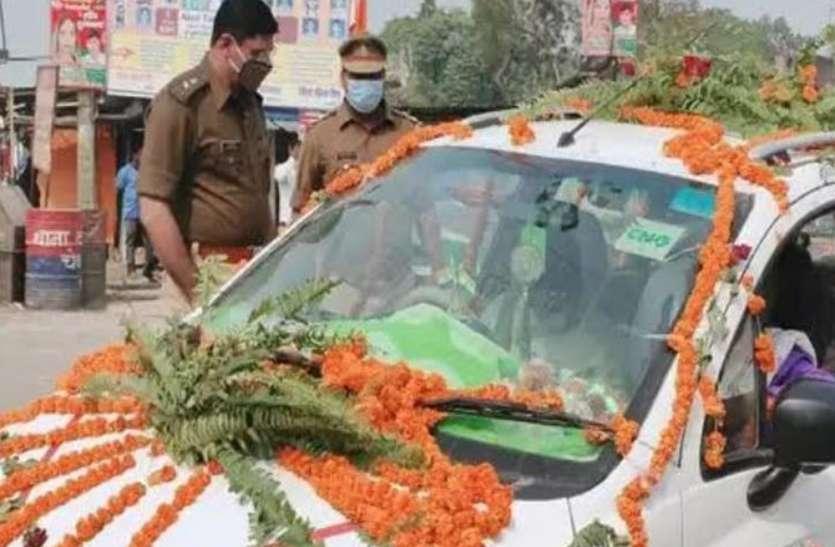 अचानक पुलिस गाड़ी देख वर-वधू घबरा गए, पर नाराज एसपी ने ऐसा गिफ्ट दिया की दोनों खुश हो गए