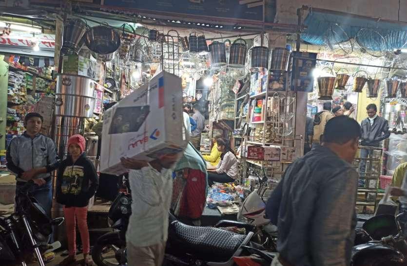शुभ दीपावली: धनतेरस में बाजारों में दिखी रौनक, 15-20 करोड़  की बाजार खरीदी के अनुमान