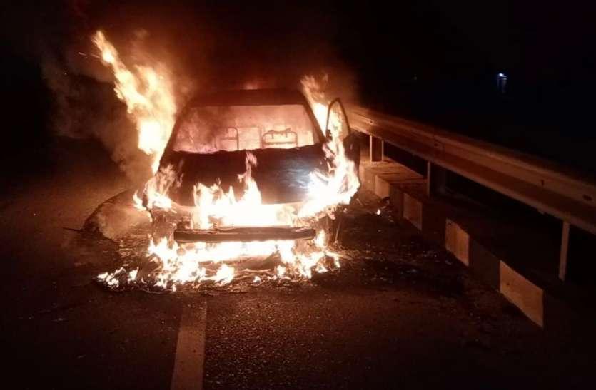 हाइवे पर आग का गोला बनी चलती कार, कार सवार दो जनों ने कूदकर बचाई जान