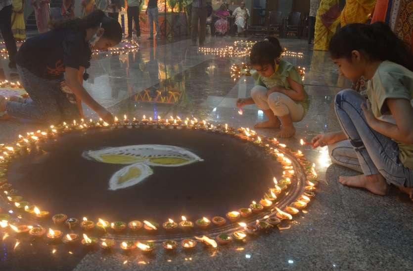 DIPAWALI: व्यापारिक प्रतिष्ठानों पर कुबेरजी को भक्तिभाव से मनाया