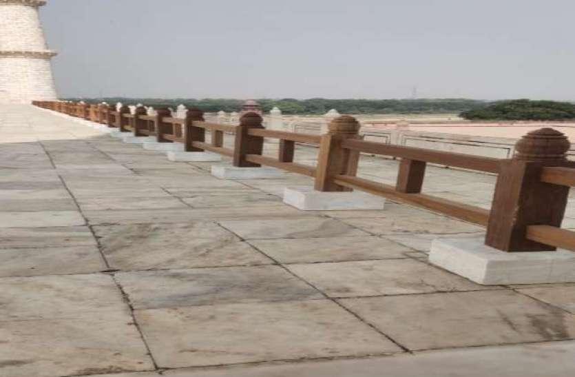 Taj Mahal: पर्यटकों को ताजमहल में यहां जाने से रोकने को लगाई जा रही मलेशियन लकड़ी की रेलिंग