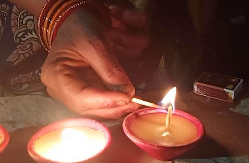 कभी मौत बांटता था बाराबंकी का चैनपुरवा गांव, अब इकोफ्रैंडली दियों और मौमबत्ती से बिखेर रहा रोशनी