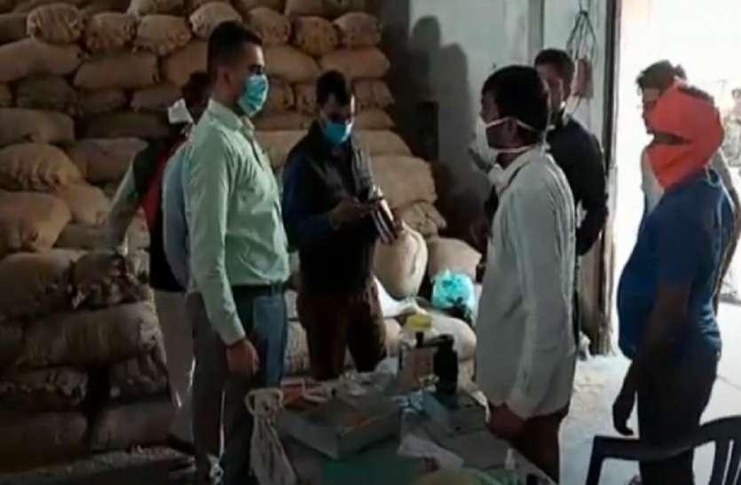 रिश्वत के लिए किसानों को किया जा रहा परेशान, विभागीय अधिकारी कर रहे लापरवाही
