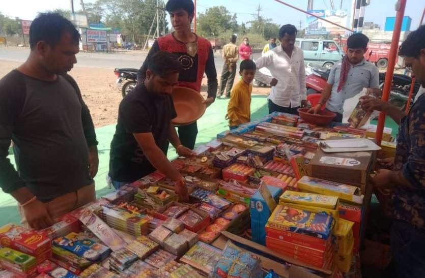 दुकानदारों को नहीं मालूम ग्रीन क्रेकर्स, बेच रहे सामान्य पटाखे