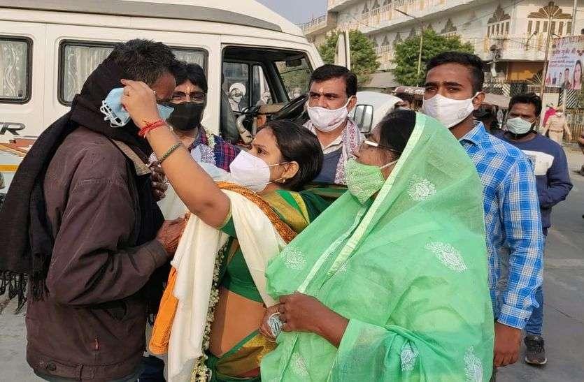 महापौर मुनेश गुर्जर ने खुद कचरा उठा डस्टबिन में डाला