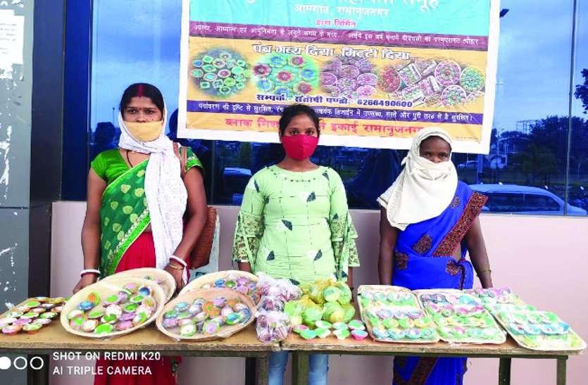 इस दीवाली पंचगव्य व मिट्टी से बने दीयों की स्टॉल लगाकर बिक्री कर रही महिलाएं