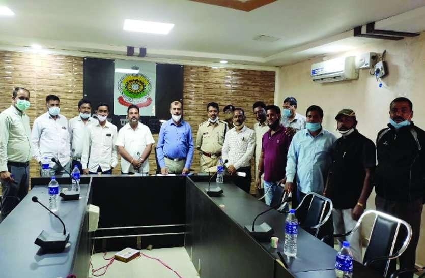 पुलिस अधिकारी बोले- रात 10 बजे के बाद न फोड़े पटाखे, कोरोना काल में सावधानी व सुरक्षा से मनाएं दीपावली