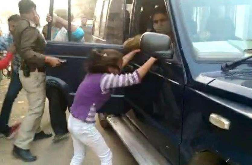 कांस्टेबल ने बच्चों के सामने गरीब दुकानदार काे खसीटा, पिता काे छुड़ाने के लिए पुलिस की गाड़ी से सिर पटकती रही बच्ची