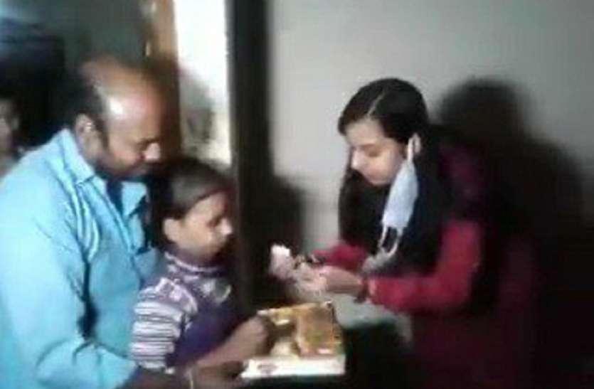Bulandshahr incident आराेपी पुलिसकर्मी सस्पेंड, पीड़ित परिवार के घर मिठाई लेकर पहुंचे अफसर