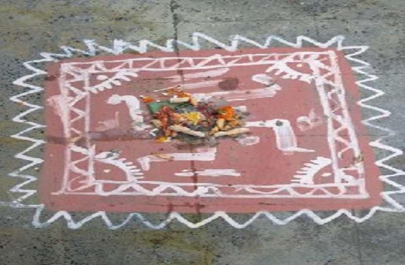 WEST BENGAL---घरों के बाहर रंगोली पर दीपक जला कर गोवेर्धन पूजा