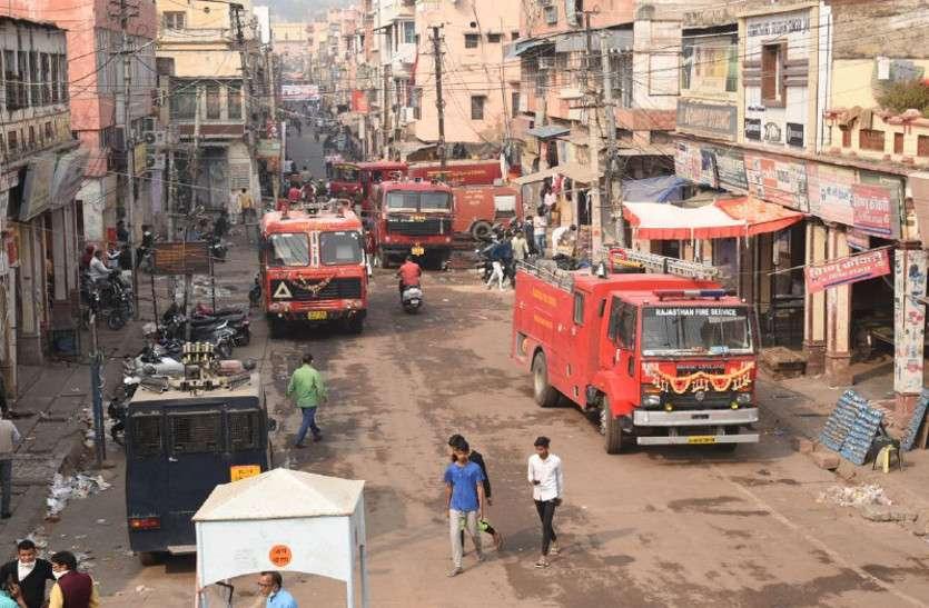 दिवाली पूजन के बाद दीपक जलता छोड़ गए, 12 से अधिक दुकानों में लगी आग, 10 घंटे में पाया काबू