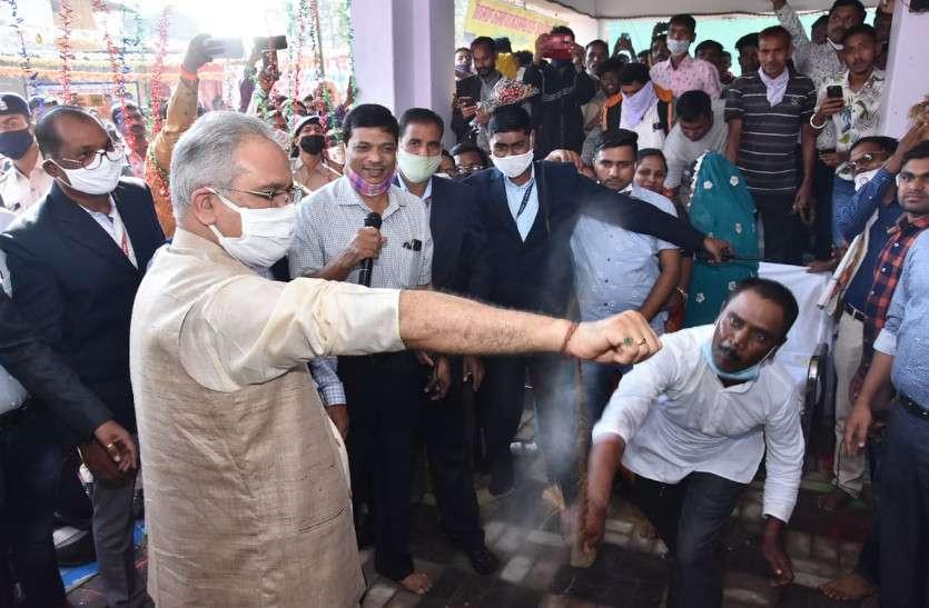 CM भूपेश ने की गौरा-गोरी की पूजा अर्चना, मंगलकामना के लिए झेला सांटा का प्रहार