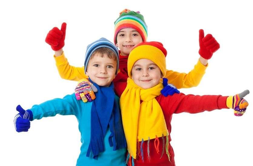 शिशुओं को एक-दो मोटे की जगह पतली लेयर के कई कपड़े पहनाएं
