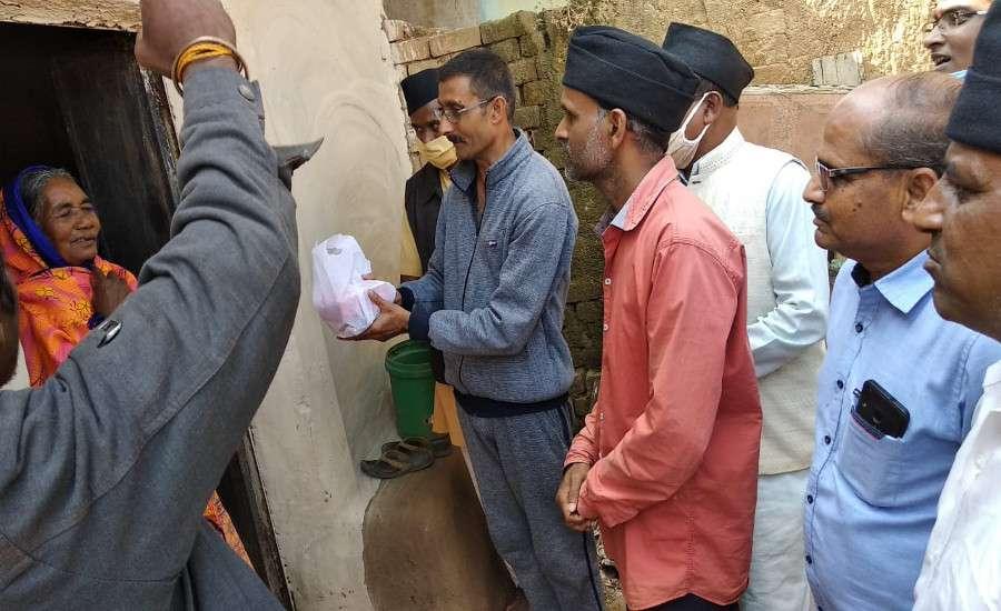 आरएसएस ने घर-घर जाकर गरीबों को मिठाई, दीये व फूल वितरित कर मनाई दीवाली