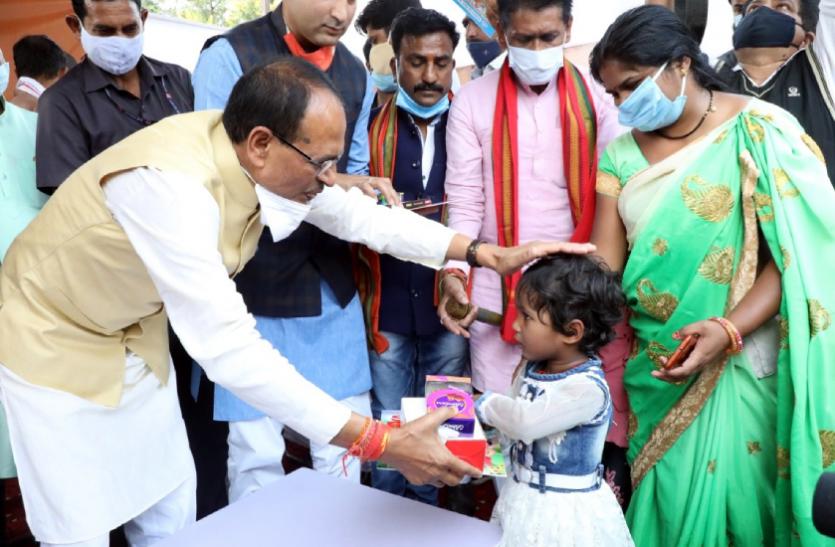 सीएम ने गरीब बच्चों के साथ मनाई दीपावली, कहा- दूर हों सभी के कष्ट