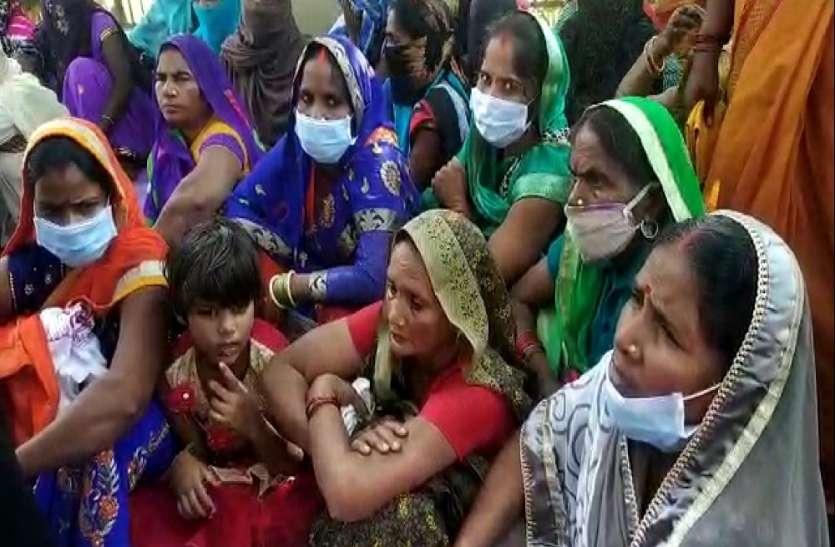 गांव में अपनी सरकार चला रहे कोटेदार, ग्रामीणों ने उठाई कार्रवाई की मांग