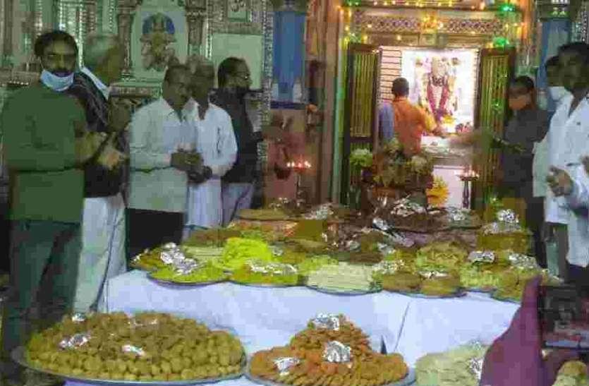 मंदिरों में धराए अन्नकूट के भोग