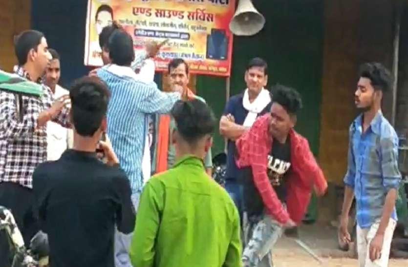 शराबी दबंग युवकों ने रिक्शा चालक की बेल्टों से की पिटाई, कैमरे में कैद हुई मारपीट